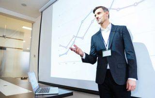 Mann erklärt ein Diagramm in einer Präsentation