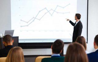 Mann erklärt ein Diagramm in einer Präsentation 3