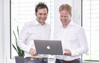 Zwei Männer mit Laptop