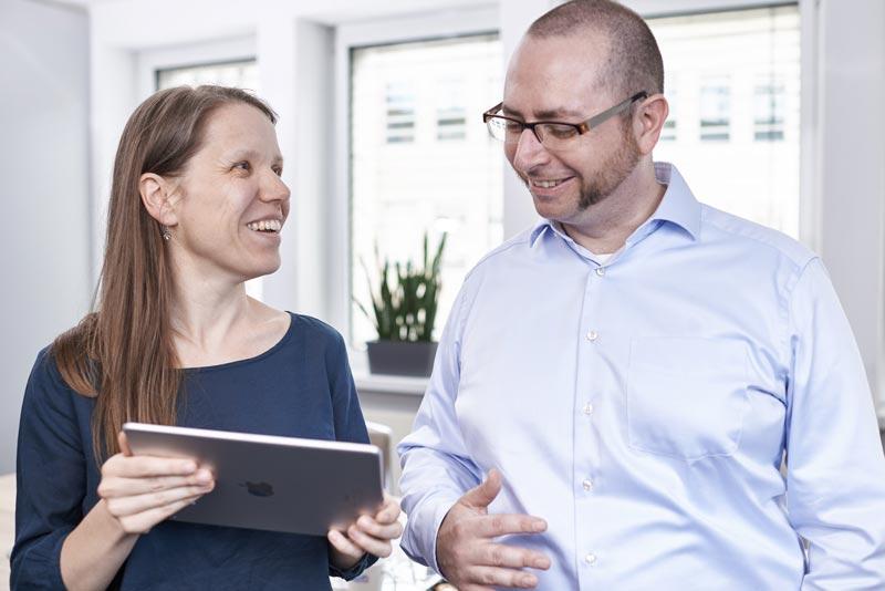 Frau und Mann mit Tablet