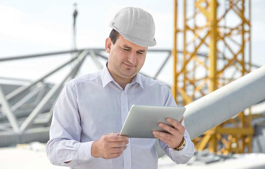 Mann mit Tablet auf einer Baustelle