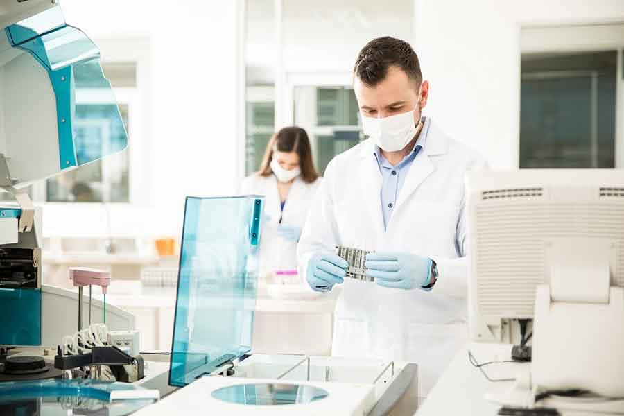 Mann und Frau arbeiten im Labor