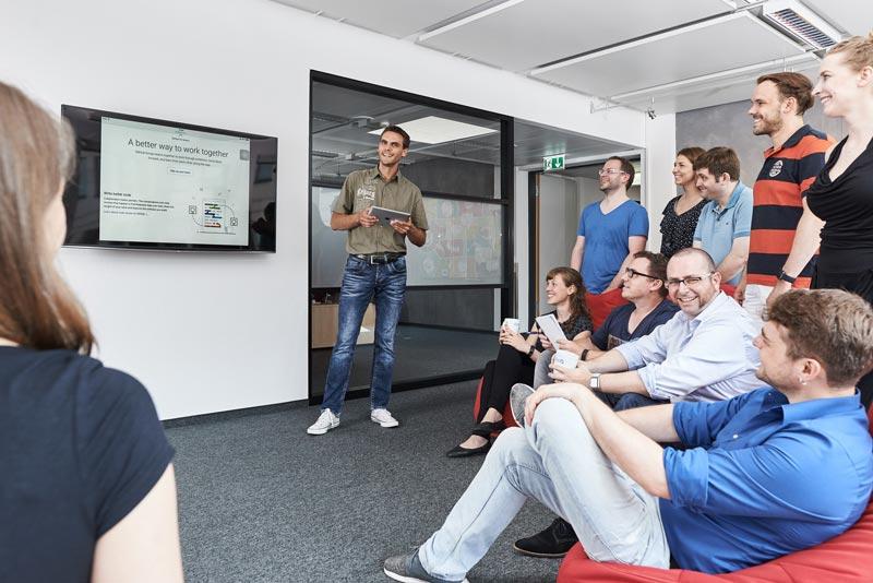 Präsentation vor einem Fernseher