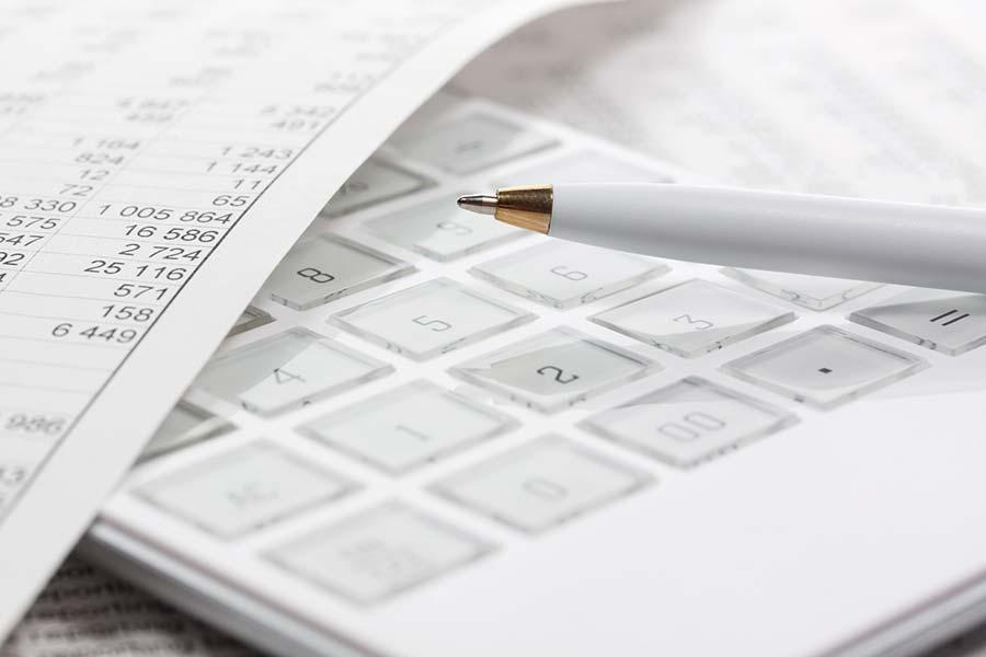 Taschenrechner und Blatt mit Zahlen