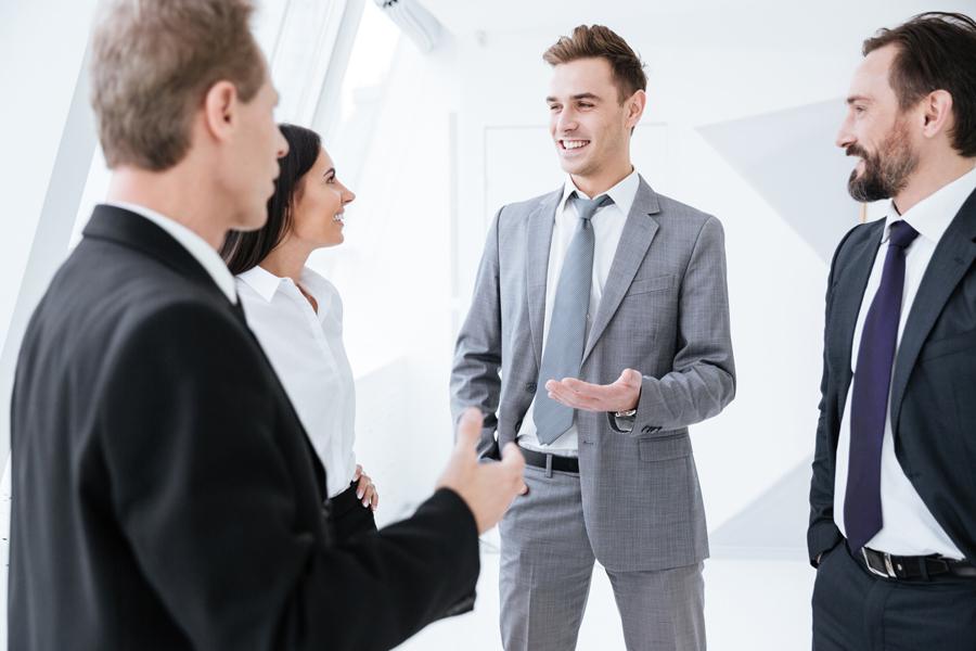 Gruppe von Mitarbeitern reden miteinander