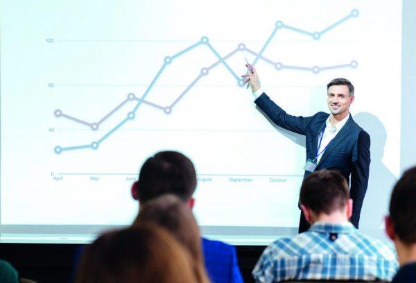 Mann erklärt Diagramm in Präsentation (cut)